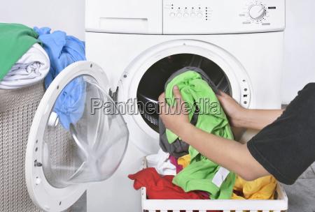 macho cargando ropa sucia de la