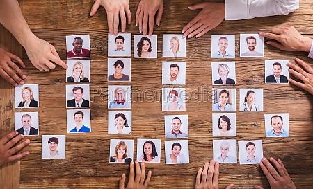 empresarios eligiendo fotografia del candidato
