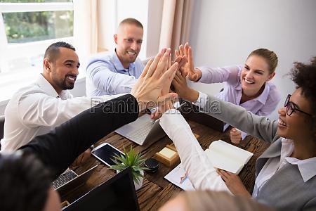 empresarios dando altos cinco en la