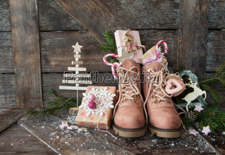 botas rusticas con regalos de navidad