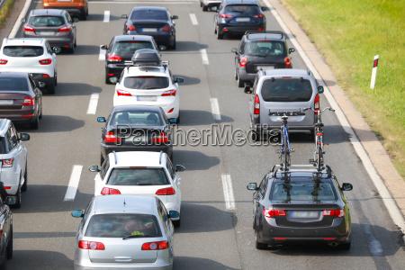 vista trasera del atasco de coches