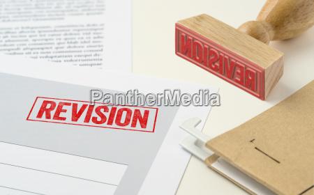 un sello rojo en un documento