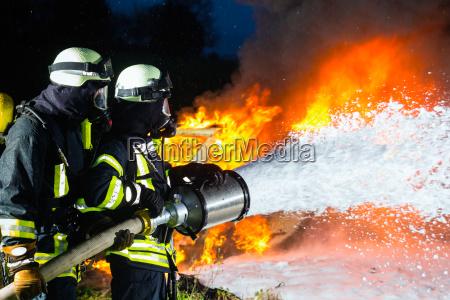 bombero bomberos extinguir un gran incendio