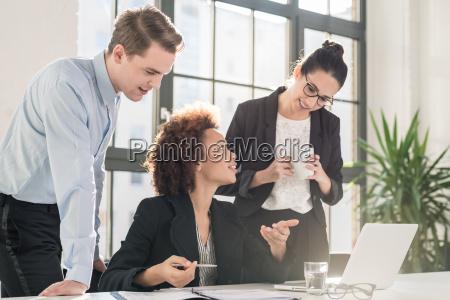 mujer joven empleada pidiendo consejo a