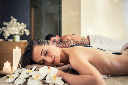 joven pareja relajandose bajo los efectos