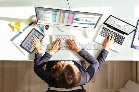 empresaria haciendo trabajo multitarea en la