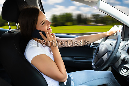 mujer hablando en el telefono movil