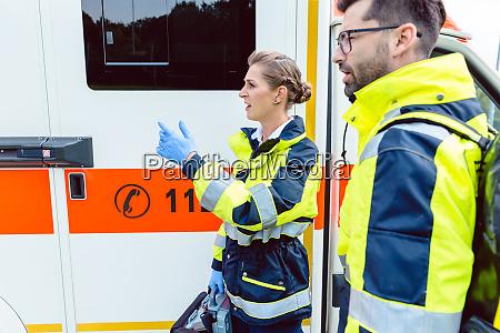 enfermera paramedica y medico de urgencias