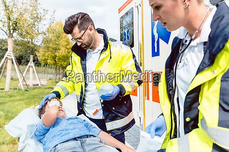 medico paramedico y de urgencias cuidando