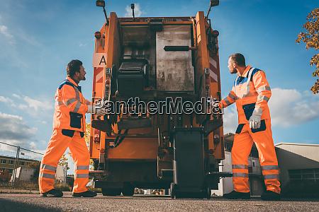 dos trabajadores de recoleccion de basura
