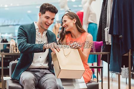mujer mostrando a su hombre lo