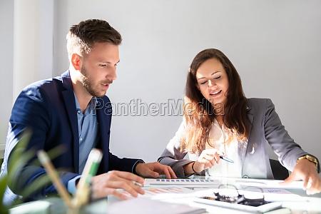 dos empresarios que analizan la grafica