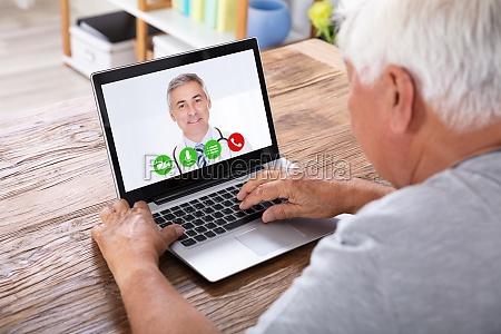 man video conferencing con el doctor