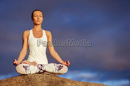 mujer de yoga meditando al aire