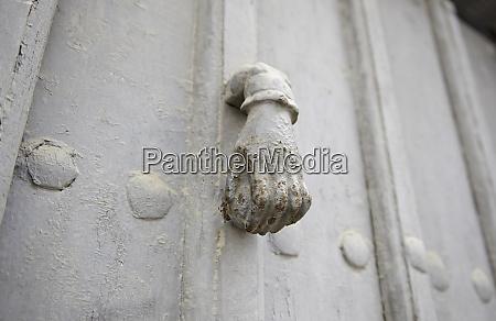 aldaba de la puerta del metal