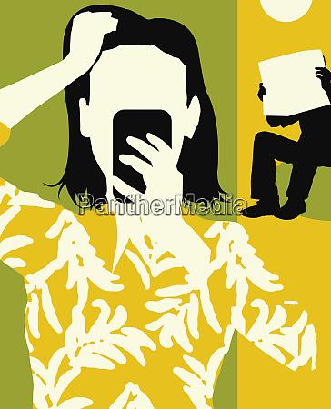 mujer ansiosa usando el telefono celular