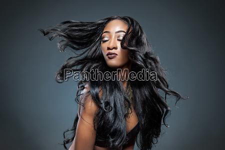 mujer negra con pelo largo y