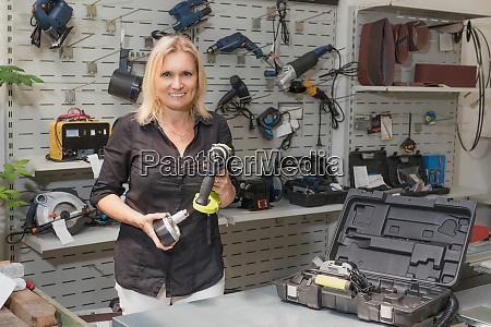 una vendedora sonriente esta vendiendo un