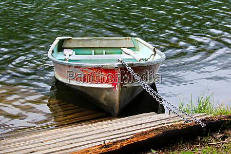 un bote de remo de aluminio
