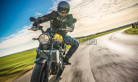 moto en la carretera de montar