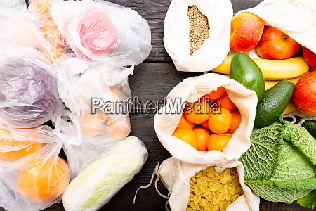 verduras frescas y frutas en bolsas