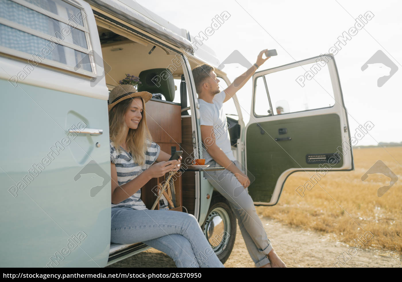 pareja, joven, con, teléfonos, celulares, relajantes - 26370950