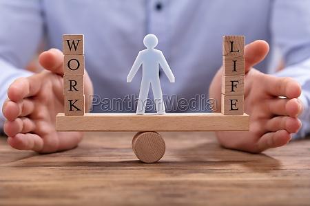 empresario que protege el equilibrio laboral