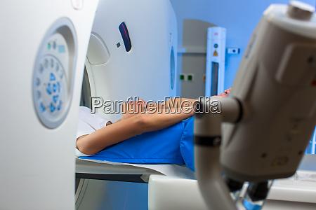 bonita joven pasando por una tomografia