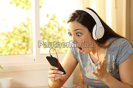 musica telefono sorprendido divertido juego auriculares