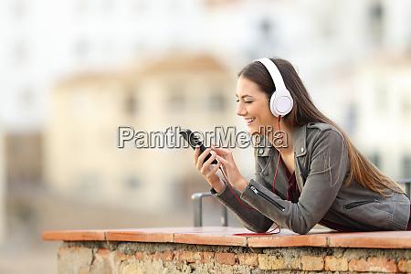 chica feliz escuchando musica desde el