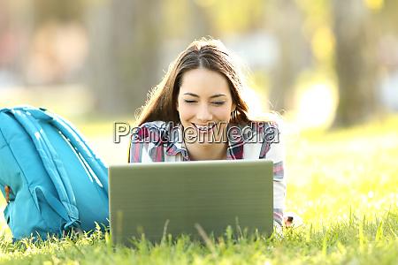 estudiante feliz viendo contenido en linea