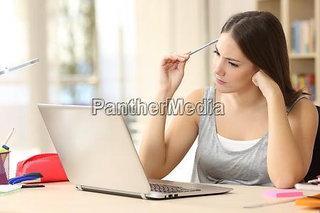 estudiante haciendo tareas compicadas en linea