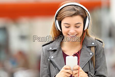 musica auriculares telefono escuchar chica telefono