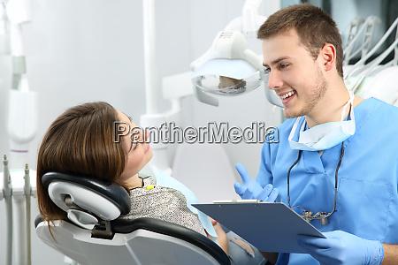 dentista explicando el procedimiento de tratamiento
