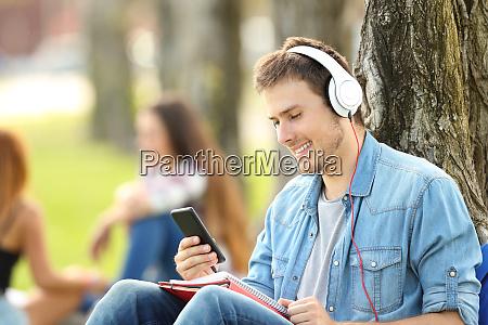 estudiante aprendiendo escuchando audio tutoriales en