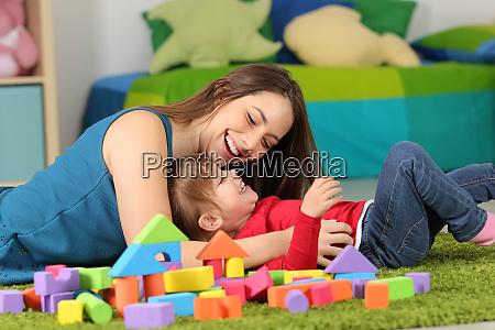 madre o ninyera jugando con un