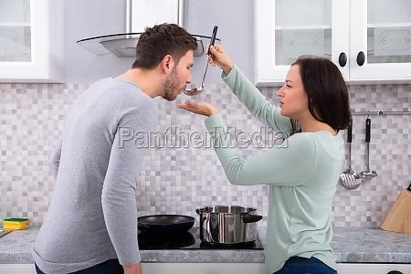 mujer bonita haciendo que su marido
