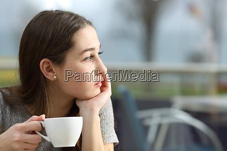 mujer pensativa mirando hacia otro lado