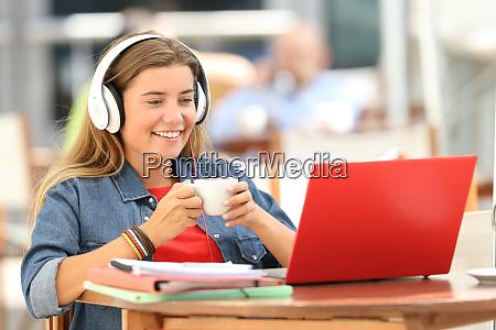 estudiante relajado viendo los medios en