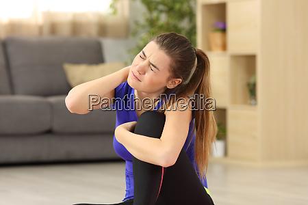 mujer deportiva que sufre dolor de