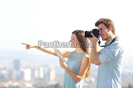 felices turistas que toman fotos en