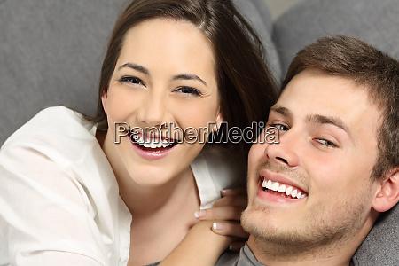 pareja con dientes perfectos y sonrisa