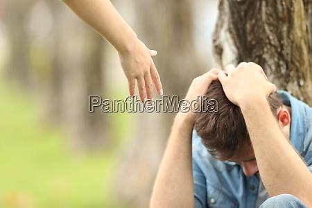 triste adolescente y una mano que