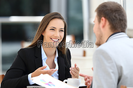 dos ejecutivos teniendo una conversacion de