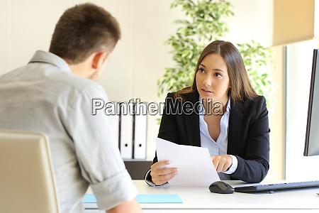 hombre buscando trabajo durante una entrevista