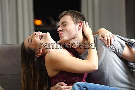 pareja feliz bromeando antes del sexo