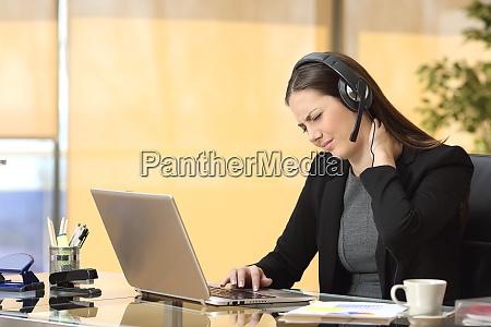 mujer de negocios estresada que sufre