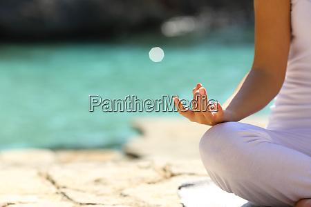 mujer practicando ejercicios de yoga en
