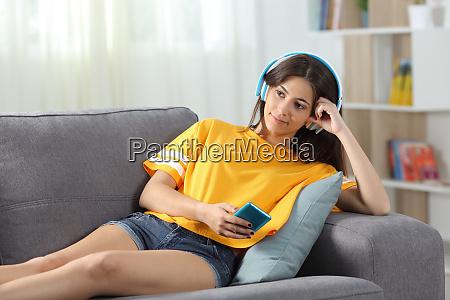 adolescente relajado escuchando musica en un