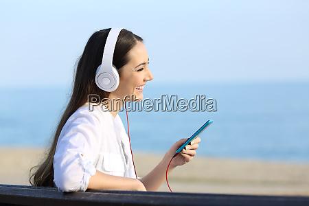 perfil de una chica escuchando musica
